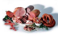 De vleeswaren komen uit onze moderne worstmakerij.